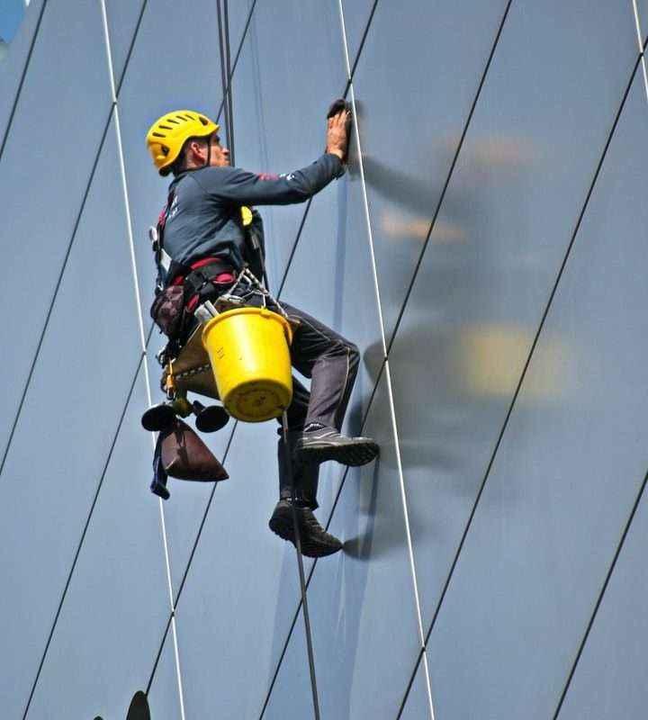 La importancia de los EPIS para los trabajos de altura, según Suministros Tomás Beltrán